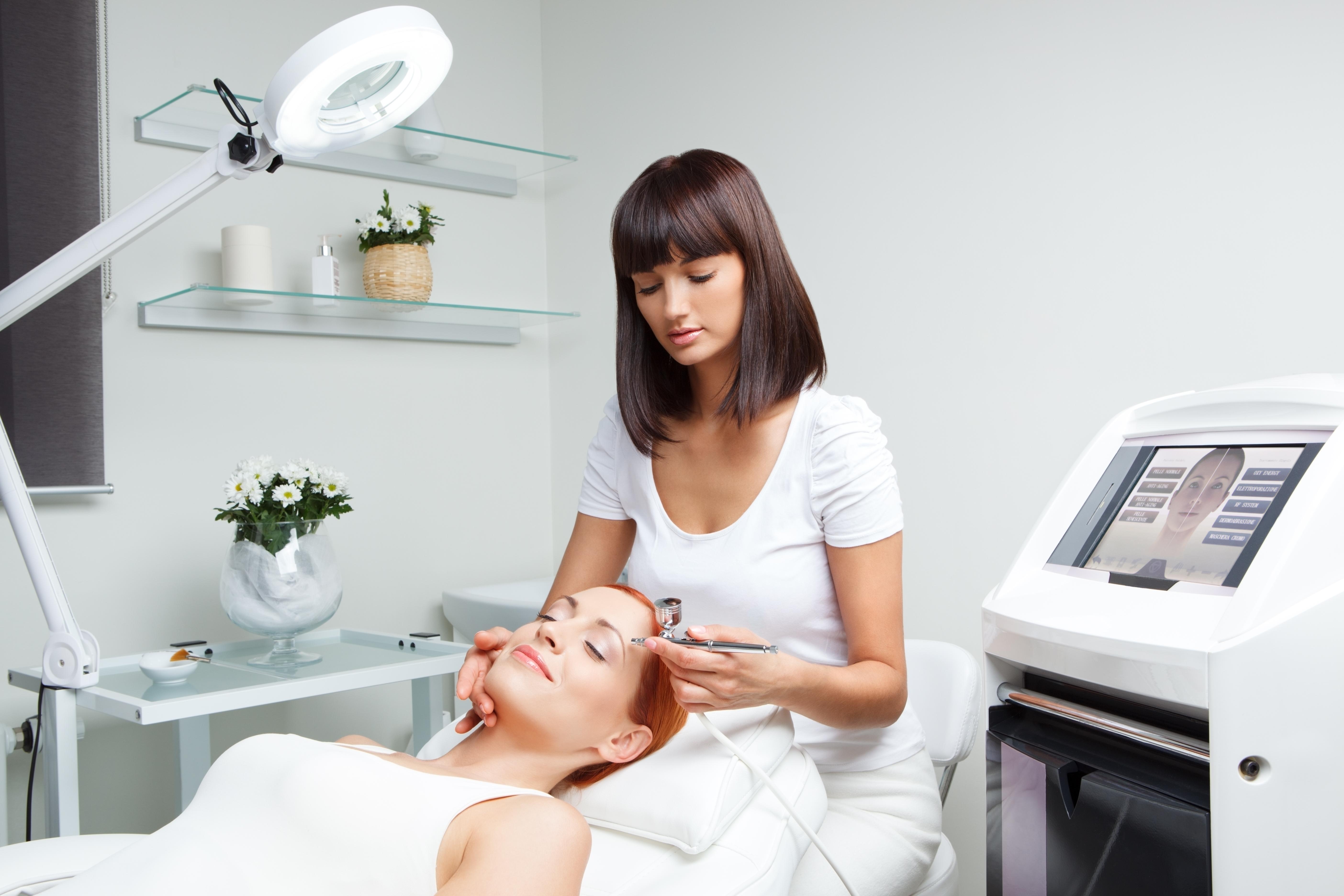Работа косметологом: забота о красоте и здоровье окружающих