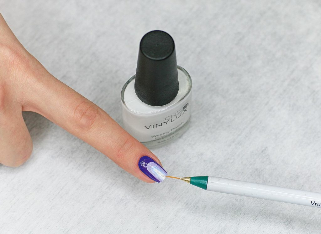 6. Покройте оставшуюся часть ногтя, как в шаге №5, с помощью ослепительно-белого оттенка Cream Puff.