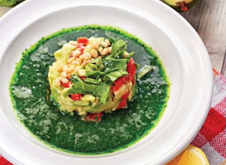 Суп из свежего шпината с томатами и авокадо
