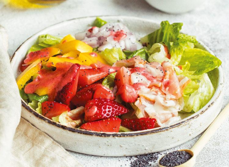Салат с клубникой и беконом