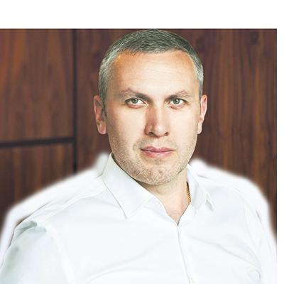 Кандидат медицинских наук, пластический хирург, действительный член российского Общества пластических, реконструктивных и эстетических хирургов Дмитрий Михайлович Саратовцев.